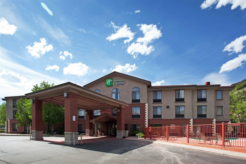 Hotels in glenwood springs holiday inn express glenwood for Cabins for rent near glenwood springs